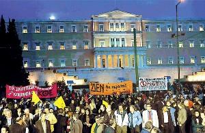 """Από τη συγκέντρωση έξω από τη Βουλή την Πέμπτη 20/03. Το πανό της ΚΟΕ γράφει """"στα σκουπίδια και εσείς και η κυβέρνησή σας"""""""
